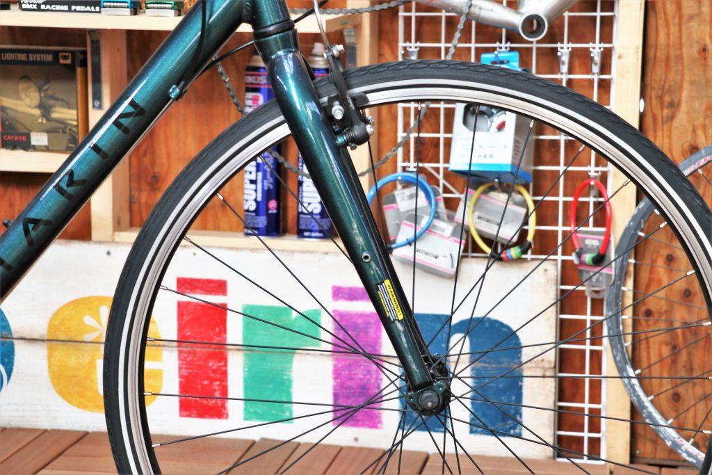 街乗りの定番クロスバイク!MARINの30周年記念カラーモデル【MARIN CORTE MADERA】フロントフォーク